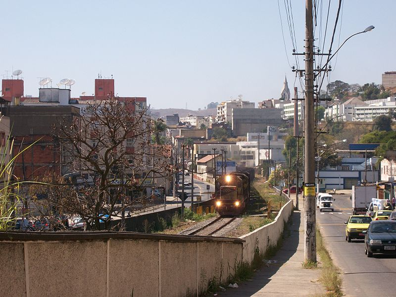 Ficheiro:Trem no bairro Mariano Procópio.jpg