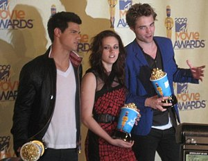 Taylor Lautner - Lautner with Twilight costars Kristen Stewart and Robert Pattinson at the 2009 MTV Movie Awards.