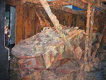 Фотография, показывающая восстановление башни, когда она поднялась и оторвалась от поверхности