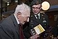 Van-den-broek-overhandigt-de-107-jarige-een-cadeau.jpg