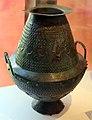 Vaso globulare villanoviano in bronzo, originariamente per profumi e incensi, poi come cinerario, 750-725 ac ca., da tomba 74 di montevetrano.jpg