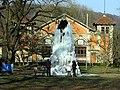 Vereister Brunnen im Zentrum für Psychiatrie Emmendingen, im Hintergrund die Festhalle.jpg