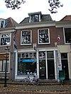 foto van Pand met gevel met rechte kroonlijst, leeuwen maskers en bogen boven de vensters