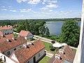 Widok na dziedziniec z eremami i jezioro (pokamedulski klasztor w Wigrach).jpg