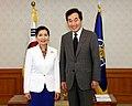 Yumi Hogan with South Korea Prime Minister Lee - 2017 (36235112603).jpg