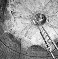 Zicht vanuit het centrale reservoir naar boven, naar de put-opening - Veere - 20346182 - RCE.jpg