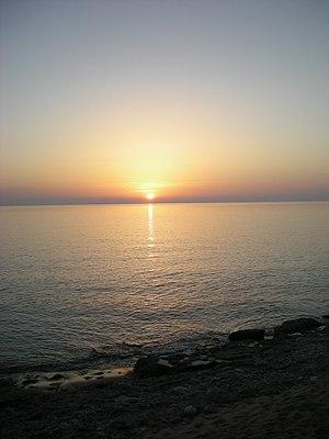 Άγιος Γόρδιος. Ηλιοβασίλεμα στην παραλία