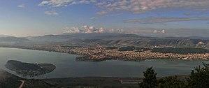 Widok na jezioro i miasto Pamvotis Janina.