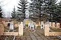 Братская могила советских воинов, партизан и комсомольцев-подпольщиков. Летний парк, г. Новоржев.jpg