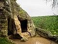 Одна из пещер города Чуфут-Кале во время дождя.jpg
