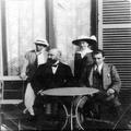 וולפסון דוד נשיא ההסתדרות הציונית עם שלשה ילדיו של תיאודור הרצל ( ת. מ. 1911)-PHG-1002267.png