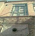 خانه غفوری37-بخشی از نمای بخش تابستان نشین از حیاط-تفاوت در میزان و نوع تزئینات بکار رفته درجدار طبقه همکف( قاجاریه)بااول(پهلوی)ا.jpg