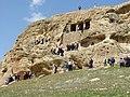 روز ۱۳ بدر سال ۱۳۸۹ شمسی ـ مردم با نرده بان به داخل مقبره پادشاه ماد میروند ـ حمزه کاک خضری.jpg