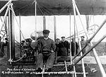 -Carlos Alexandre, conde de Lambert 1º piloto do biplano Wrigth no seu primeiro voo - Pau, 1908.jpg