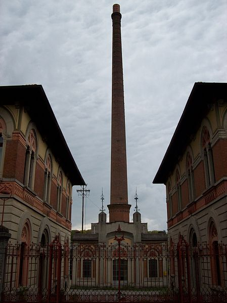 File:2012-04-25 Crespi d'Adda ingresso fabbrica e ciminiera.jpg