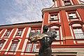5534 Rzeźba na dziedzińcu Ossolineum przy ul. Szewskiej.jpg
