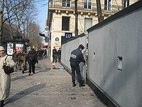 Le verrouillage de la place de la Sorbonne constitue une mesure d'exception liée à l'évènement. La Sorbonne est en effet associée à une forte charge symbolique pour les mouvements étudiants français.