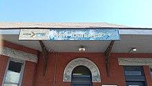 Le logo Phase one à côté du nom de la station, au-dessus de la station réelle