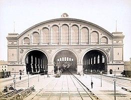 Südfassade und Bahnsteige, 1881