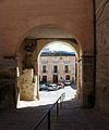 Arc de pas entre la plaça Major i l'església, palau dels Milà i Aragó.JPG