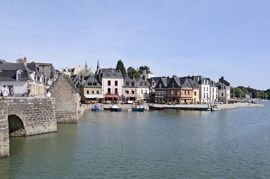 The port of Saint-Goustan in Auray (Morbihan, Brittany, France), on the left bank of Auray river (also called rivière du Loc'h), with a view on the Benjamin Franklin Wharf.
