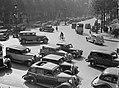 Auto's op de Rue Royale, gezien vanaf de trappen van de Madeleine, Bestanddeelnr 191-0365.jpg