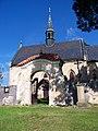 Běleč (KL), kostel svatého Mikuláše, vstupní brána a kříž.jpg