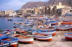 Barques de pêche sur la plage d' Aspra (1).jpg