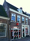 foto van Winkel-woonhuis met kroonlijstgevel