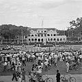 Bijeenkomst voor het paleis van de gouverneur op het Gouvernementsplein in Param, Bestanddeelnr 252-4403.jpg