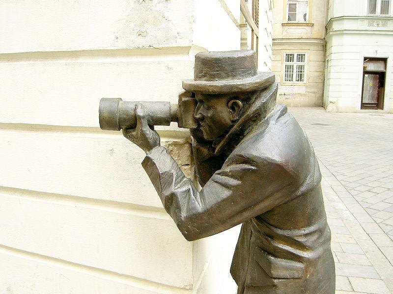 Čudne statue širom sveta 800px-Bratislava_Bronze_Paparazzo