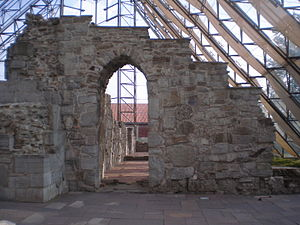 Cathedral Ruins in Hamar - Image: Bue i domkirken 3