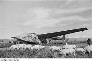 Bundesarchiv Bild 101I-561-1138-21A, Grosseto, Lastensegler Gotha Go 242, Schweineherde.jpg
