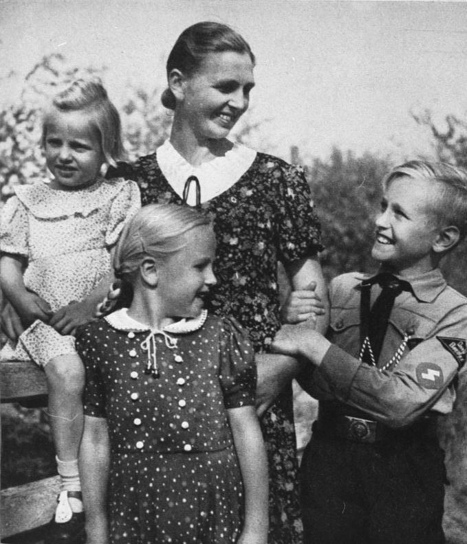 Bundesarchiv Bild 146-1973-010-31, Mutter mit Kindern