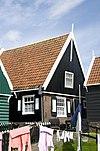 foto van Houten huis met eenvoudige topgevel boven en bakstenen pui