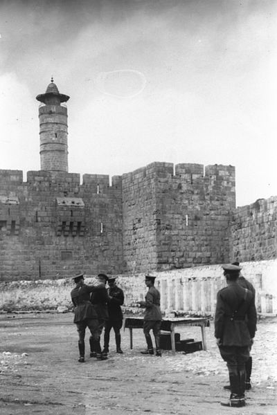 File:CEREMONY AT THE CITADEL (DAVID'S TOWER) IN JERUSALEM AWARDING A MILITARY DECORATION TO FIELD MARSHALL EDMUND HYNMAN ALLENBY. טקס הענקת עיטור צבאי לפיל.jpg