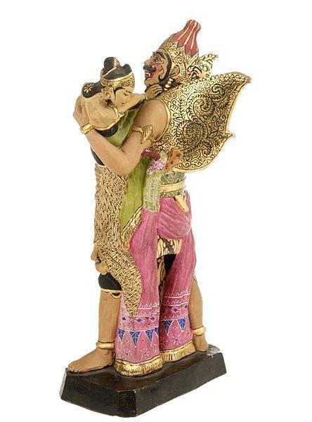File:COLLECTIE TROPENMUSEUM Beeld van gebakken klei voorstellende de roof van Sita door Rawana TMnr 2679-1.jpg