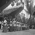 COLLECTIE TROPENMUSEUM Danseressen tijdens een dodenfeest van de Toraja in Sadang TMnr 10028488.jpg