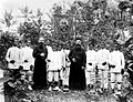 COLLECTIE TROPENMUSEUM Leerling-onderwijzers onder leiding van pater J. van Kraanen en broeder van Roessel Kai-eilanden TMnr 10000725.jpg