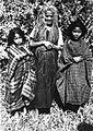 COLLECTIE TROPENMUSEUM Portret van een grootmoeder met haar kleinkinderen TMnr 60023817.jpg