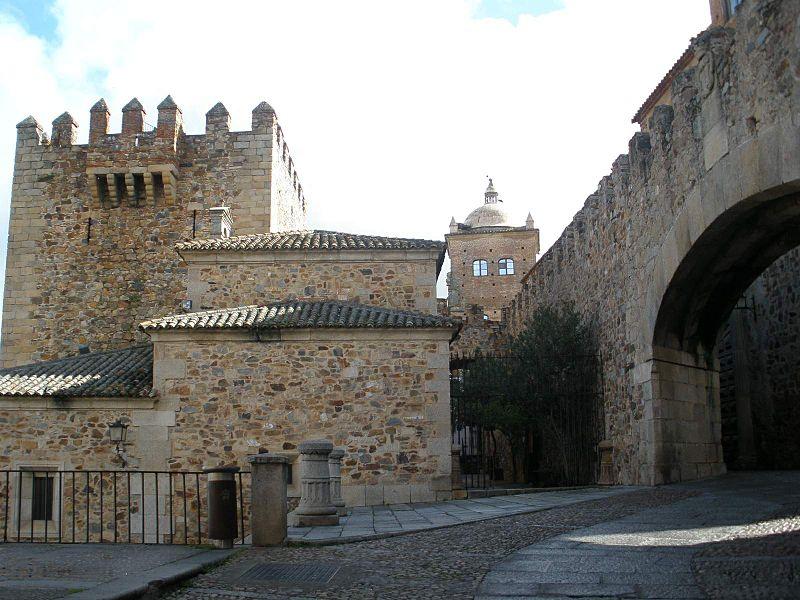 File:Caceres - Arco de la Estrella y Torre de Bujaco.JPG