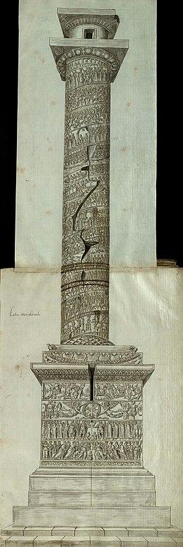 Вид сбоку на Колонну Аркадия, с резными рельефами сцен и фигур на постаменте, на цоколе и по спирали вверх по стволу колонны, увенчанной капителью и пустым постаментом статуи. В самой верхней части видна дверь.