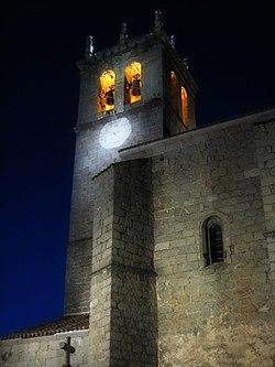 Vista nocturna de la torre de la iglesia parroquial de Robledo de Chavela.