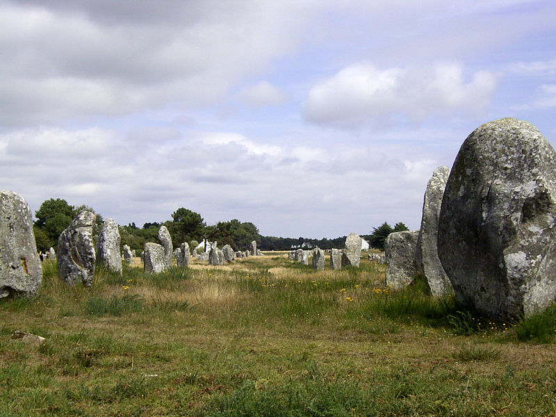 File:Carnac megalith alignment 2.jpg