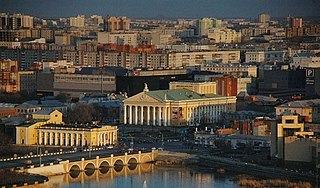 Chelyabinsk opera theater from NW far.jpg
