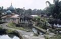 Collectie NMvWereldculturen, TM-20021986, Dia- 'Dorpsgezicht met moskee in de omgeving van Bukittinggi', fotograaf Jaap de Jonge, 1986.jpg