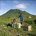 Collectie Nationaal Museum van Wereldculturen TM-20030097 Zoetwaterbron met op achtergrond slapende vulkaan The Quill Sint Eustatius Boy Lawson (Fotograaf).jpg