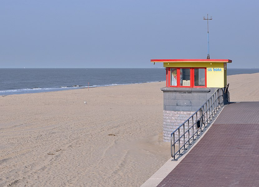 De Haan (Belgium): the beach, with ice cream shop