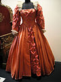 "Debbie Reynolds Auction - Bette Davis ""Queen Elizabeth I"" royal gown from ""The Virgin Queen"" (5852145842) (2).jpg"