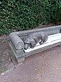 """Detail der Statuengruppe """"Mann mit Hund"""" von Christel Lechner im Schlosspark Lichtenwalde 02.jpg"""